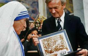 Nene Tereza duke marre çmimin Nobel