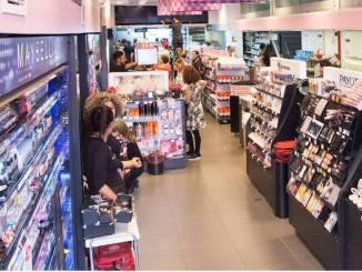 <p>Rede de lojas de cosméticos e maquiagens realiza uma super promoção em sua loja. Encontre itens de maquiagens, esmaltes, batons, xampus, escovas progressivas, bem como uma grande variedade de itens de higiene pessoa com descontos na Liquidação Ikesaki.</p>