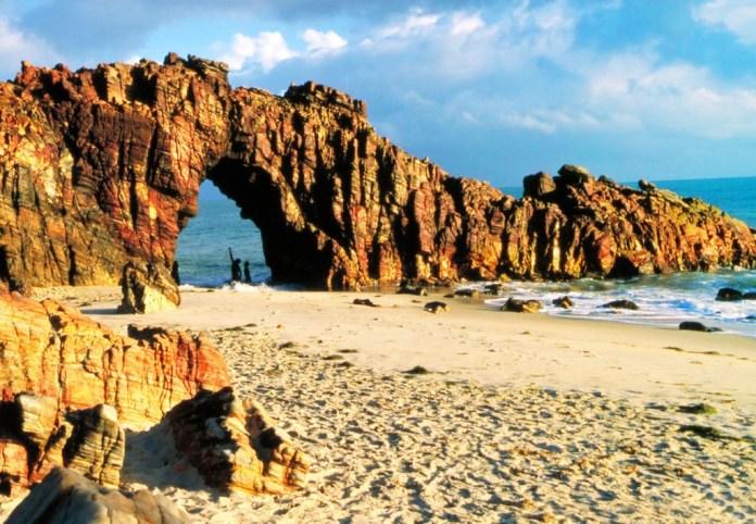 Jericoacoara - Pedra Furada - Foto Embratur