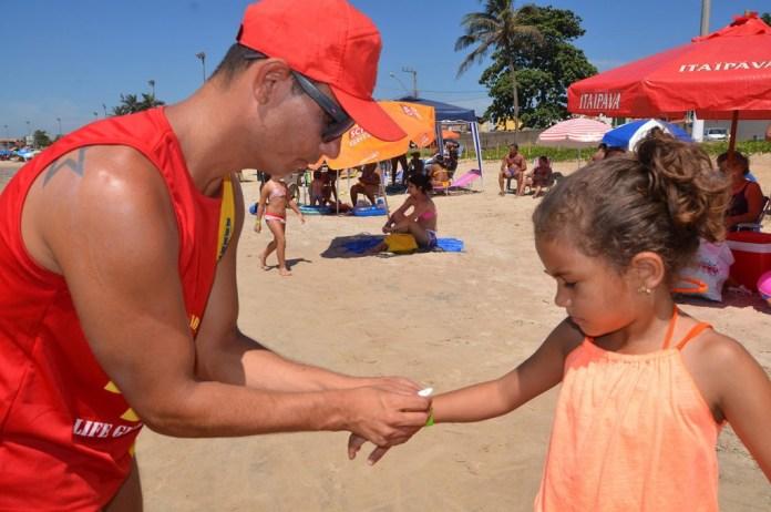 Nas praias de Itapemirim (ES) durante o verão, guarda-vidas estão distribuindo pulseirinhas de identificação para as crianças Foto: Divulgação/Prefeitura de Itapemerim - ES