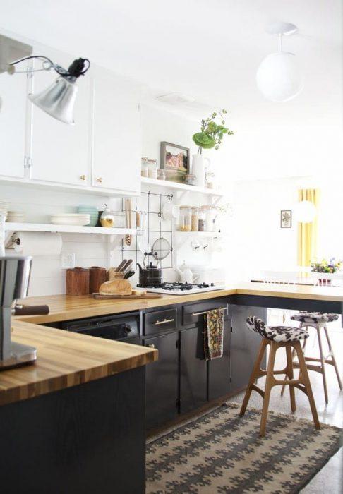 10 idee per ottimizzare lo spazio vuoto tra i pensili in cucina e il soffitto