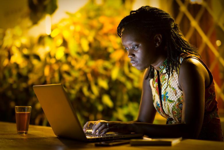 scène de vie, femme travaillant sur un ordinateur