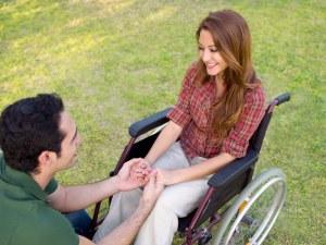 Frau im Rollstuhl mit Freund