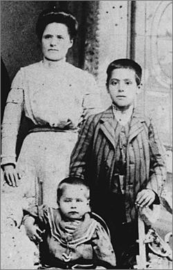 11-jährig mit seiner Mutter und seinem Bruder