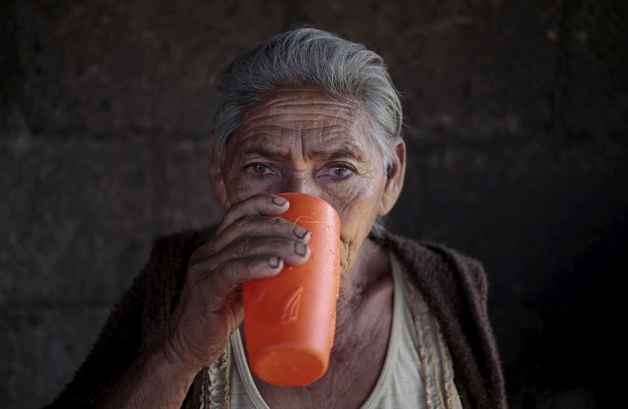 Αποτέλεσμα εικόνας για ηλικιωμένους να πίνουν νερό