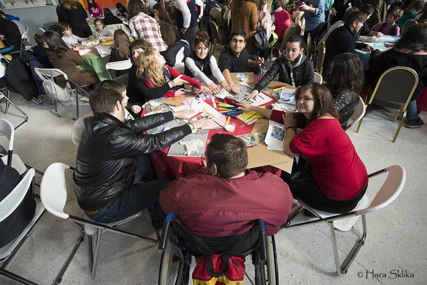 Αποτέλεσμα εικόνας για ατομα με αναπηρία που διαβάζουν