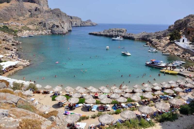 Ο απομονωμένος κόλπος με την υπέροχη παραλία του Αγίου Παύλου και το ομώνυμο γραφικό εκκλησάκι στη Ρόδο κέρδισε την τέταρτη θέση