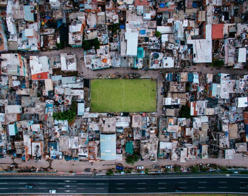 Ενα ποδοσφαιρικό γήπεδο δεσπόζει αναμέσα στις παραγκούπολεις του Μπουένος Αιρες στην Αργεντινή