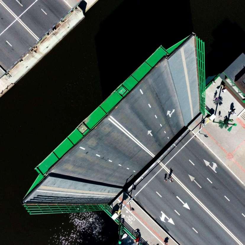 Κατά τη διάρκεια του «Φεστιβάλ Θάλασσας» στην Κλαϊπέντα της Λιθουανίας, όλες οι γέφυρες της πόλης μένουν σηκωμένες για ένα διάστημα. Μία πολύ ιδιαίτερη λήψη που θυμίζει τις φανταστικές πόλεις της ταινίας «Inception»