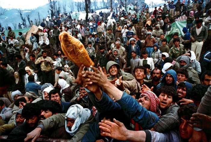 Κούρδοι συνωστίζονται για λίγο ψωμί στα σύνορα Τουρκίας και Ιράκ τον Απρίλιο του 1991