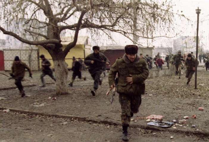 Τσετσένοι μαχητές στο Γκρόζνι τρέχουν για να αποφύγουν την αεροπορική επίθεση των Ρώσων στις 9 Ιανουαρίου 1995