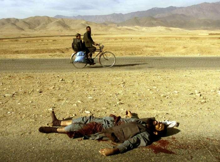 Καθημερινότητα ο θάνατος και στο Αφγανιστάν, εδώ τον Νοέμβριο του 2001 έξω από την Καμπούλ, λίγο πριν εκδιωχθούν οι Ταλιμπάν