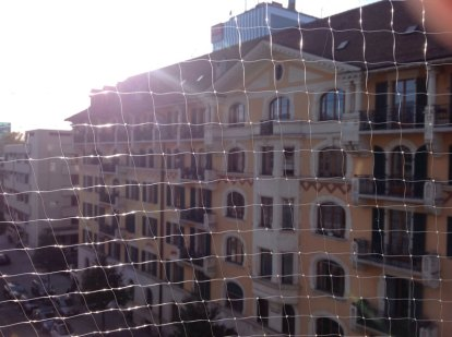Filet transparent sur balcon en ville