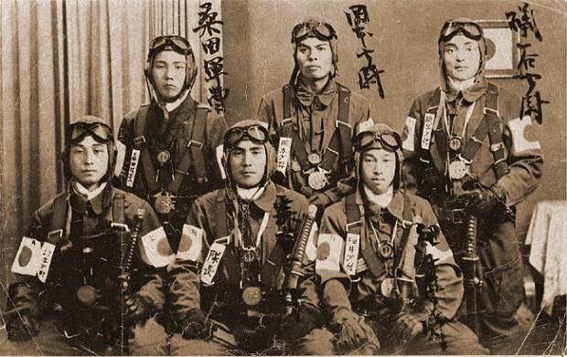 Un groupe de Kamikaze avant de partir en mission. 1 kamikaze, 1 dégat dans la flotte américaine. 1 coup, 1 mort