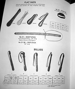 """Dans ce catalogue Bucheimer de 1968, des """"flat saps"""" et """"billies"""" destinés aux policiers"""