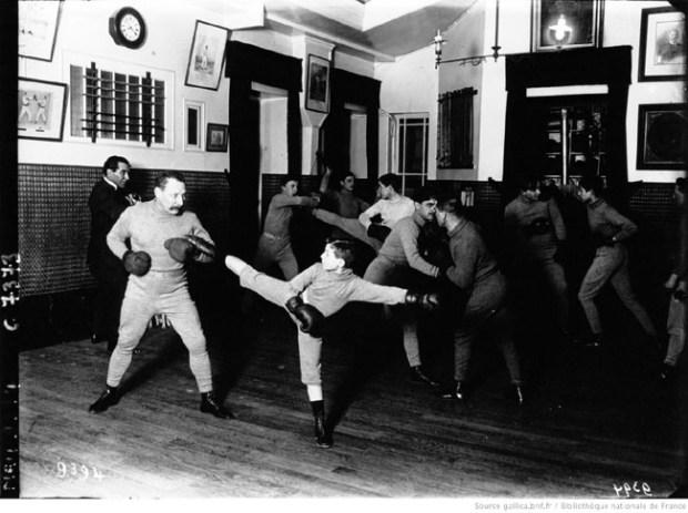 Salle Charlemont en 1910, Charlemont a publié plusieurs livres sur la Boxe Française, et cette discipline locale était déjà adaptée aux femmes, aux enfants...