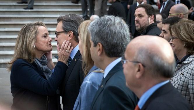 Mas se despide de su esposa en un calculado gesto emocional. LA fotografía es de elpais.com
