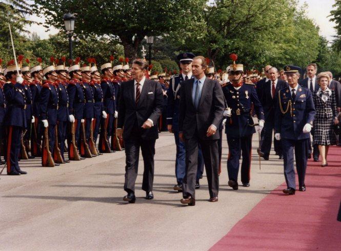 Ronald Reagan pasa revista a las tropas de la Guardia Real en el Palacio Real de El Pardo