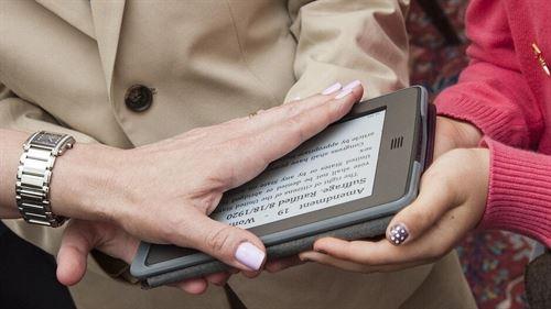 La Embajadora de los EE.UU en Suiza jura sobre un e-book con la mano izquierda.