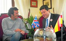 El Alcalde de Cádiz y el Primer Ministro de Gibraltar con las banderas de España y Reino Unido.