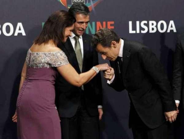 Nicolas Sarkozy saluda a Anne-Mette Rasmussen