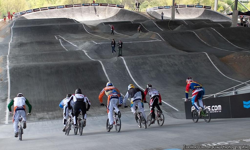 ProTracks chargé de la maintenance sur le parcours BMX du Vélodrome National lors de la Coupe de France en 2014.