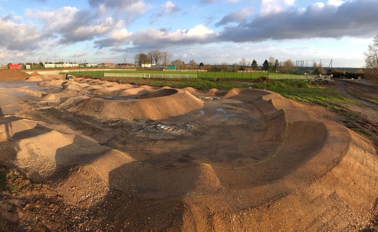 Pumptrack en cours de construction.