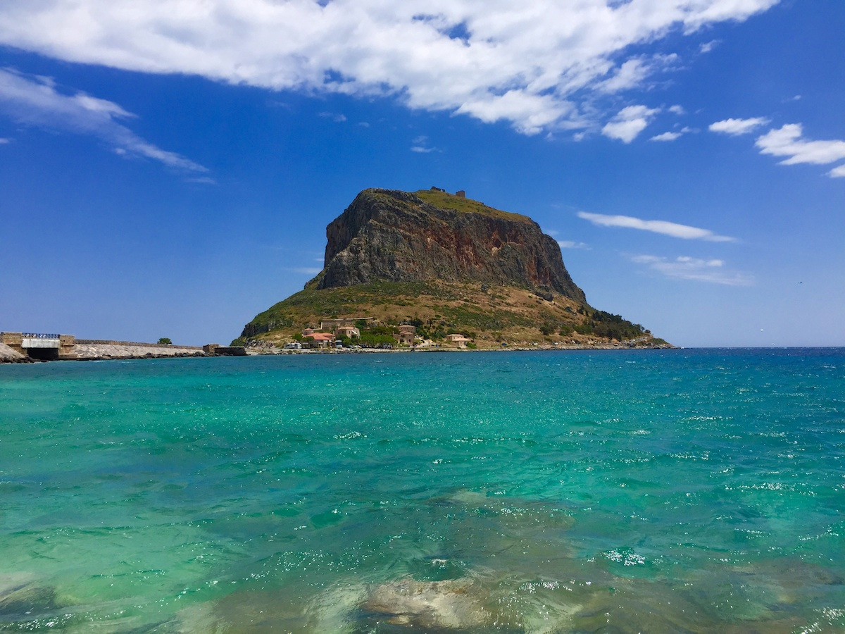 Auf diesem Felsen liegt der mittelalterliche Ort Monemvasia