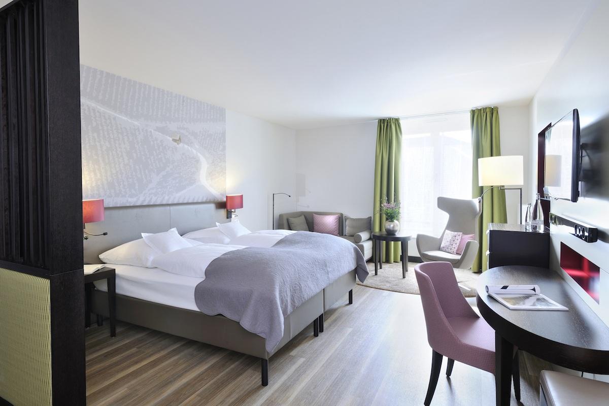 schlosshotel luxushotel deutschland schwarzwald wein gourmet-restaurant weinbau wellness sport guide michelin fünf-sterne-hotel