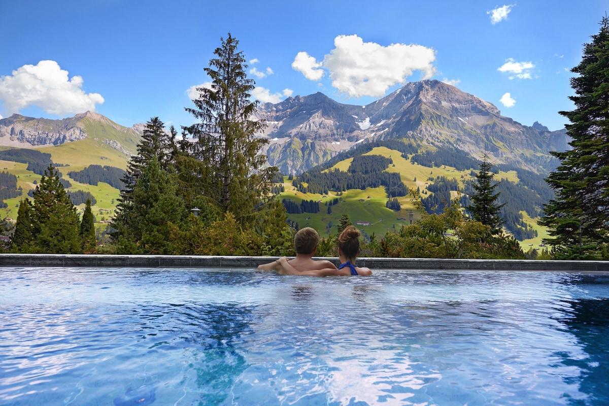 hotels luxus-hotels schweiz deutschland österreich tegernsee graubünden berner-oberland zillertal bayern allgäu zell-am-see berghotels wandern reisen berglandschaft entspannung alpen chalets