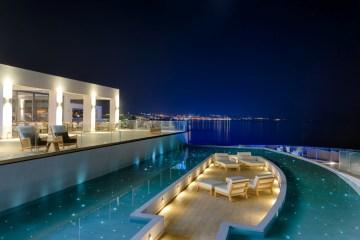 Abendlich-beleuchtetes Abaton Island Resort & Spa
