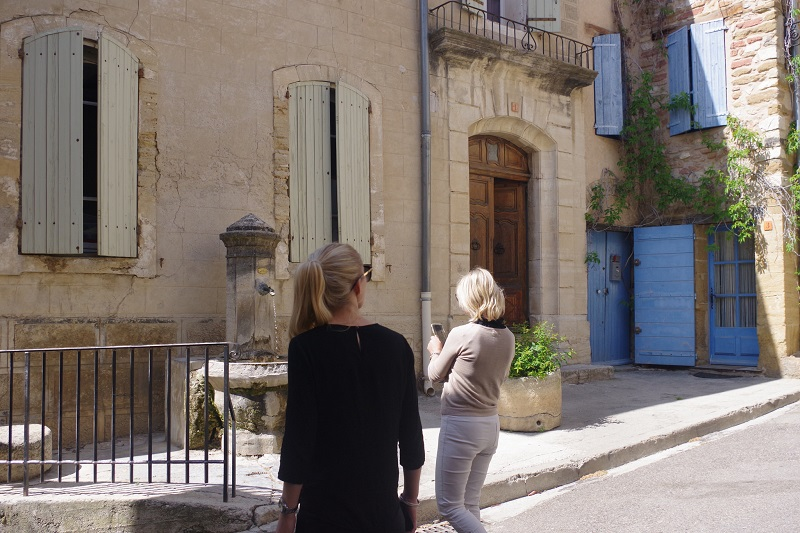 Chateauneuf du Pape 2 women in the streets