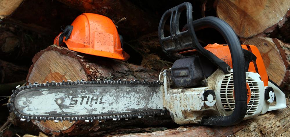 Skoventreprenør - motorsav og hjelm