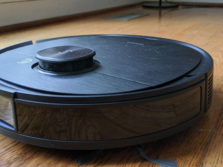 This robot vacuum solves the Roomba's biggest problem: Getting stuck