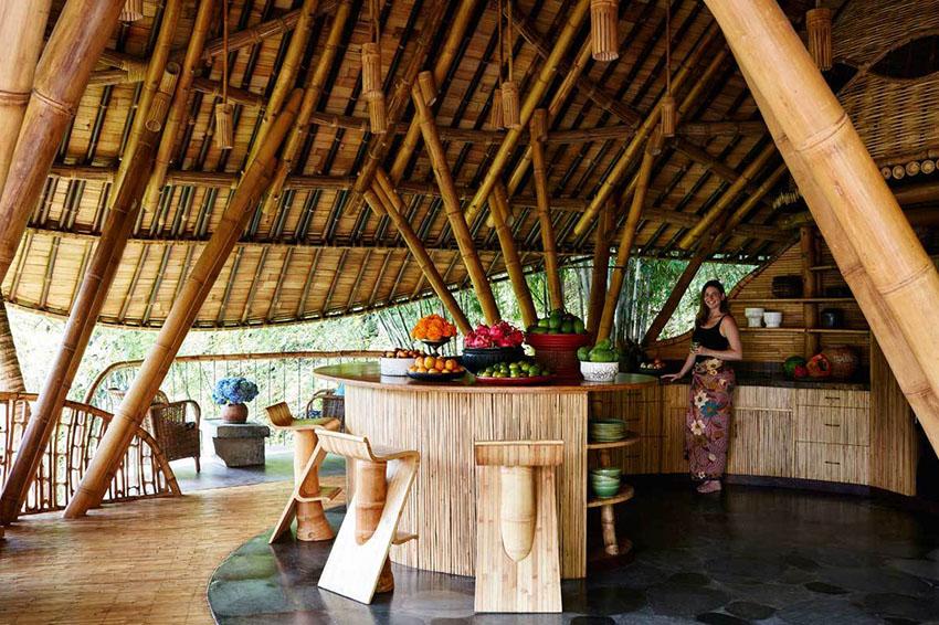 interior de una casa de bambu