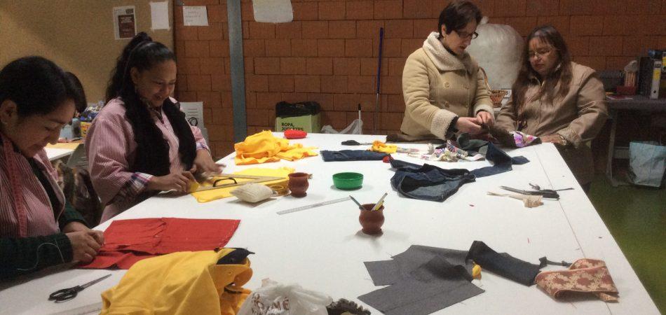 impartiendo curso costura
