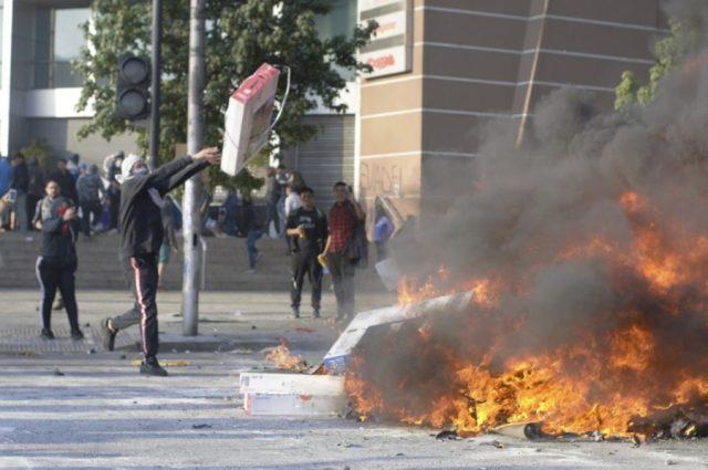 ¿Por qué los manifestantes queman los televisores del retail en las barricadas? Foto: Alexander Carrizo