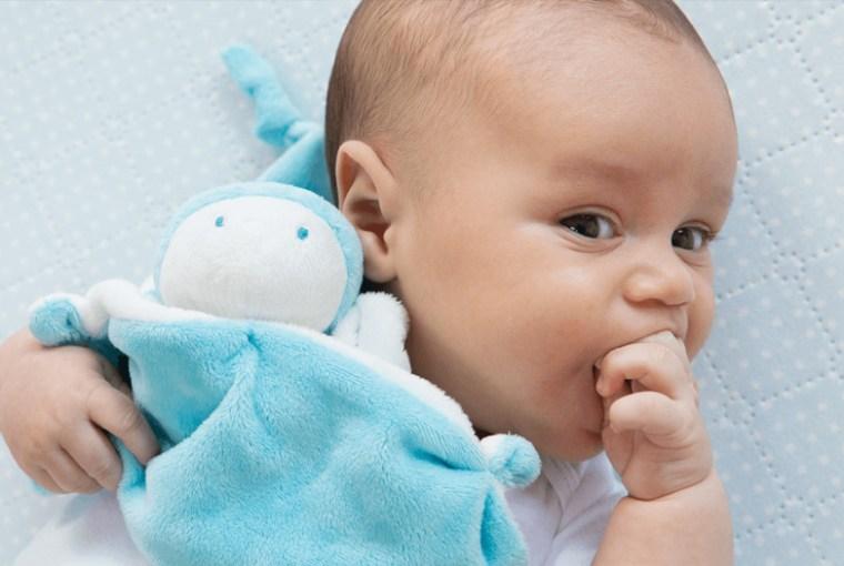 bebé se chupa el dedo