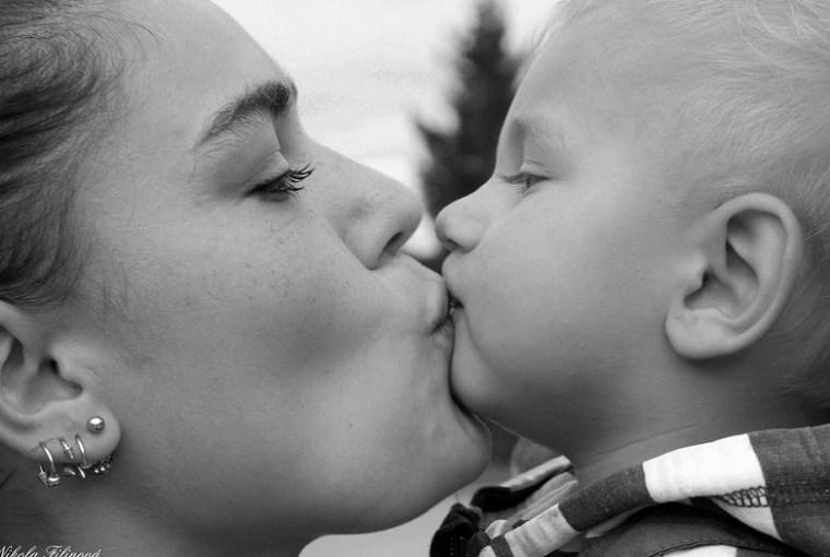 besar a nuestros hijos en la boca