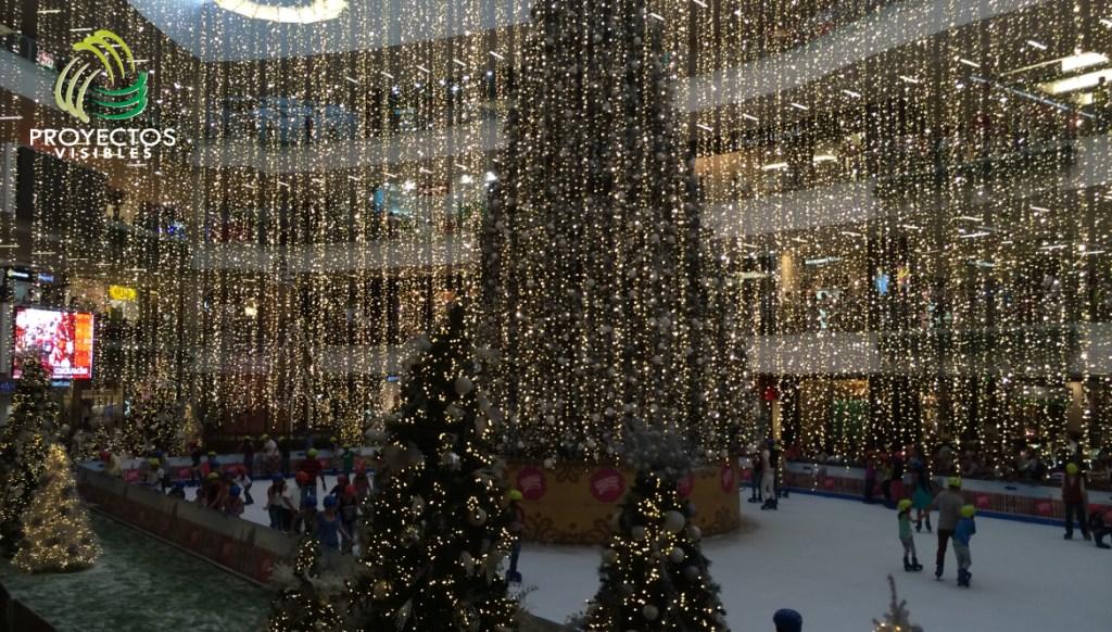 Lluvia de cortinas led  alrededor de árbol de 6 metros