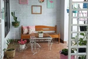 furniture meja kursi pada model teras rumah sederhana