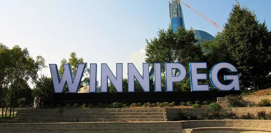 Slovo Winnipeg bolshymi bukbami na fone horoma Winnipeg. Sergey Prymachok
