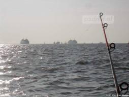 Het uitzicht vanaf het water op de veerboten tijdens de afscheidsdag op 15 maart 2003.