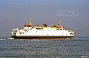 Op een zomeravond zet de Koningin Beatrix koers naar Breskens vanuit Vlissingen.