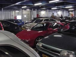 Het goed gevulde bovenste autodek van de Prins Johan Friso. Soms was het even zoeken naar je eigen voertuig.