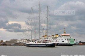 Een foto van 2 mei 2002, wanneer de Juliana invalt op Vlissingen-Breskens. Op de voorgrond zien we het zeilscheep Eendracht varen.