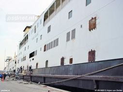 De Prinses Juliana tijdens de voorbereidingen voor de zeereis naar Italië. De ramen worden dichtgelast voor de veiligheid.