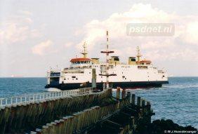 De ferry stormt de Buitenhaven van Vlissingen binnen.