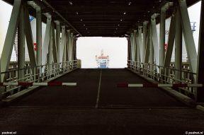 De veerboot gezien door de dubbeldeksbrug van Breskens.