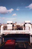 De veerboot in de aanlegfuik van Vlissingen. Tussen de heftorens zien we de brug.